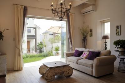 パリの「メゾン.エ.オブジェ」でセレクトした家具と、奥様こだわりのディスプレイがとても良いハーモニーを演出。