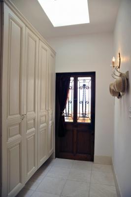 玄関ドアも下駄箱の扉もフランスのアンティークを再利用。