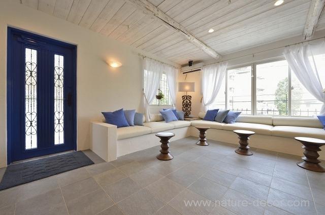 ミコノス島の夏の家をイメージしたサロンスペース。